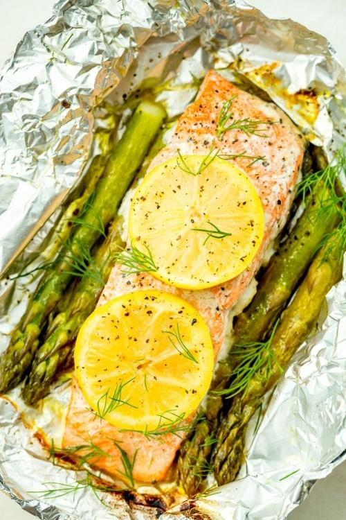 Fisch grillen - Lachsfilet in Alufolie gegrillt mit Zitronenscheiben und Spargel