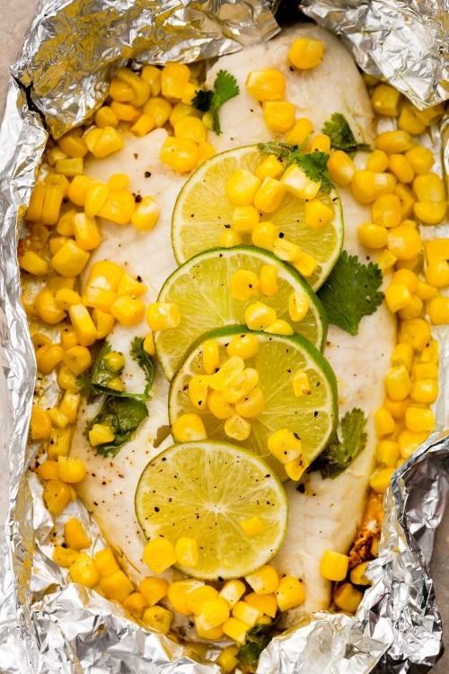 Fisch grillen -Tilapia in Alufolie gegrillt mit Limetten und Mais