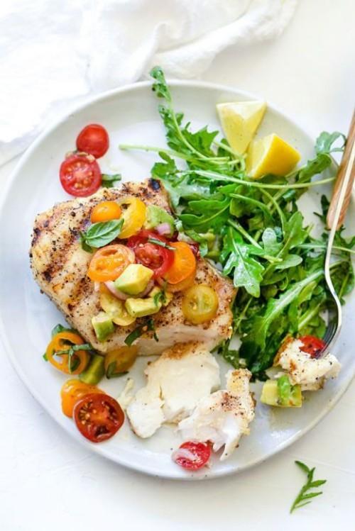 Fisch grillen - gegrillter Heilbutt mit Tomaten-Avocado-Salsa