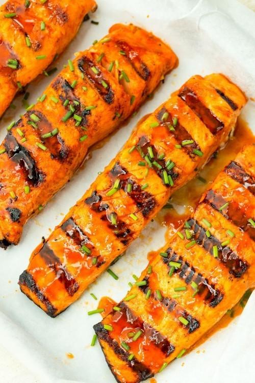 Fisch grillen - gegrillter Lachs mit scharfem Beigeschmack köstlichen Fisch grillen