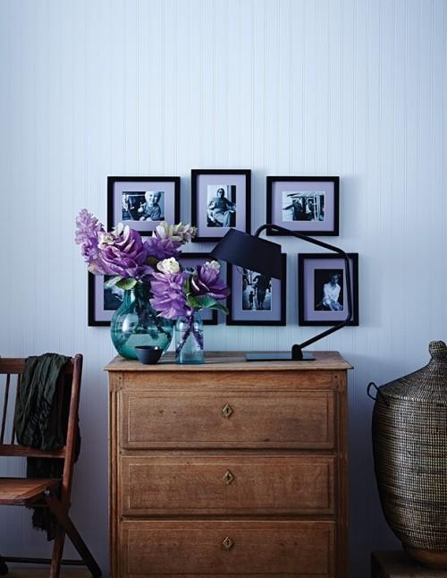Flieder in Vase vor einem blauen Hintergrund Fotowand Kommode