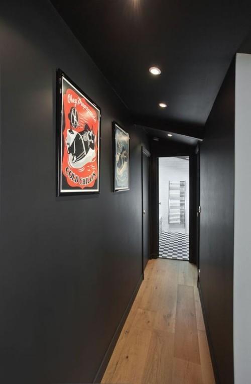 Flur gestalten schwarze Wände Raumbeleuchtung roter Akzent Wandbild