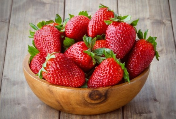 Frische Erdbeeren schmecken gut sind gesund Superfood für Leute über 50