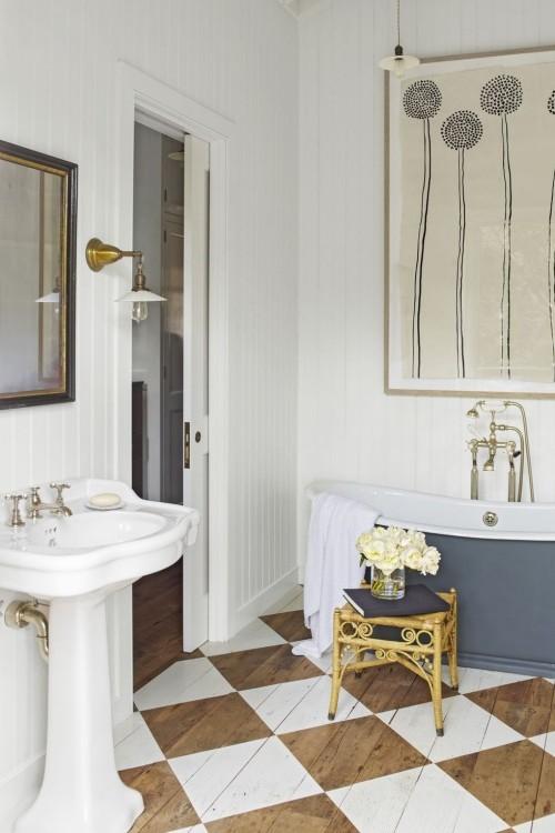 Gemusterter Holzboden im Bad lässt es einladend wirken Retro Elemente