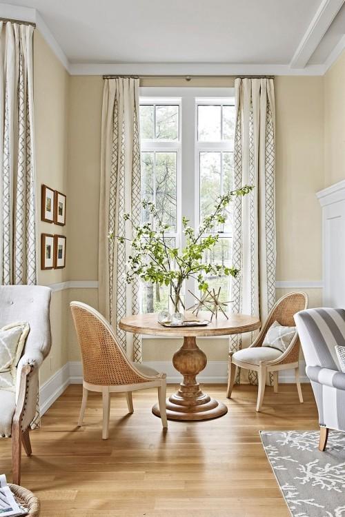 Heller Holzboden dezente Wandfarbe schicke Möbel Wandbilder hellbraun und grau