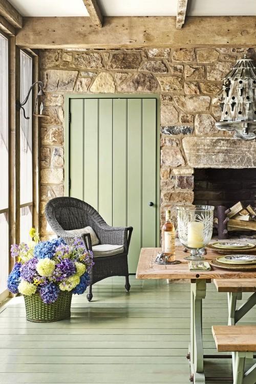 Hellgrün gestrichene Dielen rustikale Steinwand Holzbalken sehr ansprechendes Zimmer Blumen im Korb