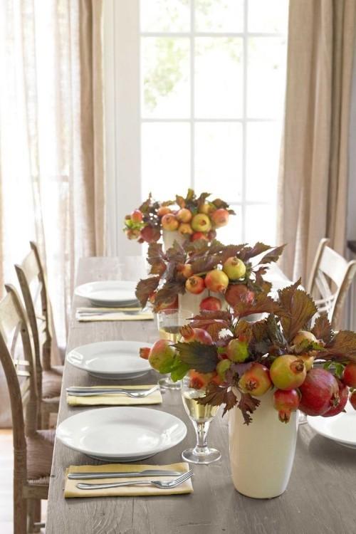 Herbstdeko basteln Vasen mit Zeigen Granatäpfel auf dem Esstisch