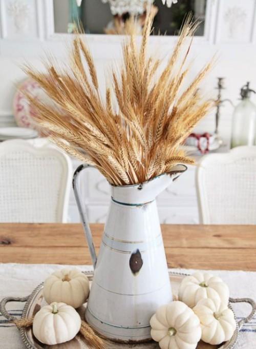 Herbstdeko basteln alte Gießkanne mit Weizenstängeln gefüllt Hingucker