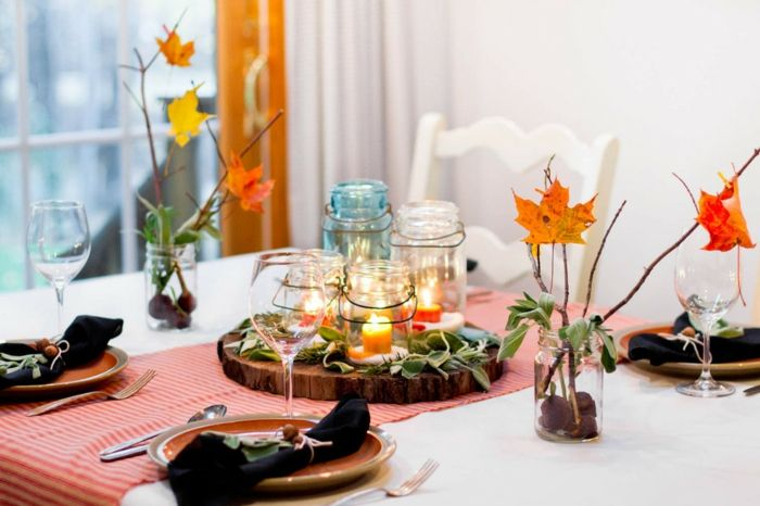 Herbstdeko basteln mit bunten Blättern und Kerzen den Esstisch dekorieren