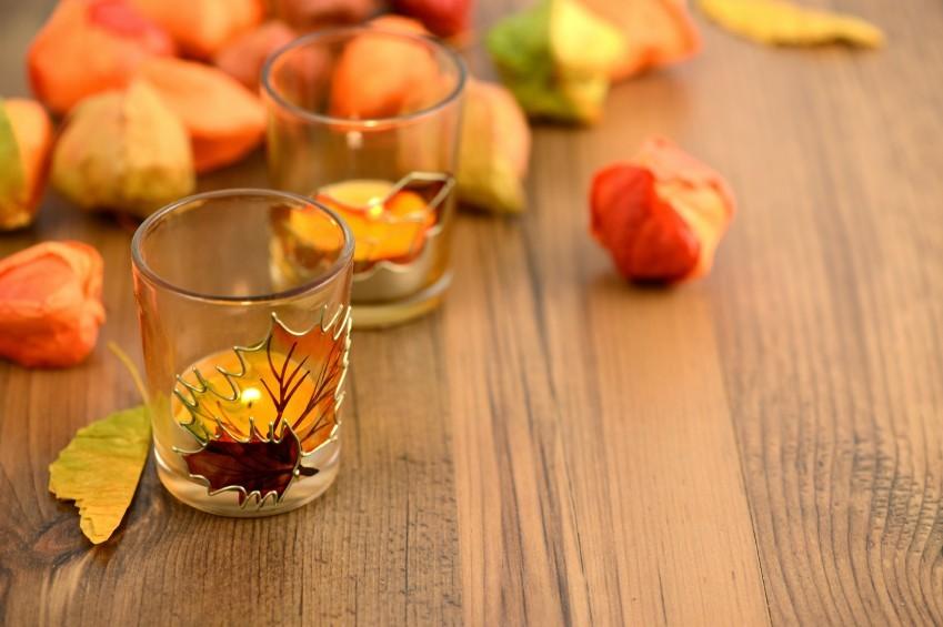 Herbstdeko basteln ohne Geld auszugeben Physalis Hülsen und Kerze auf dem Tisch