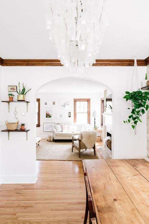 Holzboden Holzesstisch weiße Wände
