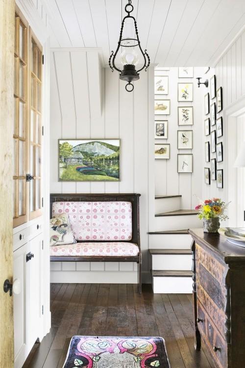 Holzboden Holzmöbel Flur Fotowand im Treppenhaus interessante Gestaltungsidee