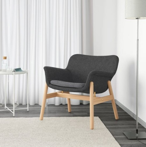 Ikea Katalog 2019 Vedbo Armchair helles Holz schwarze Samtpolsterung