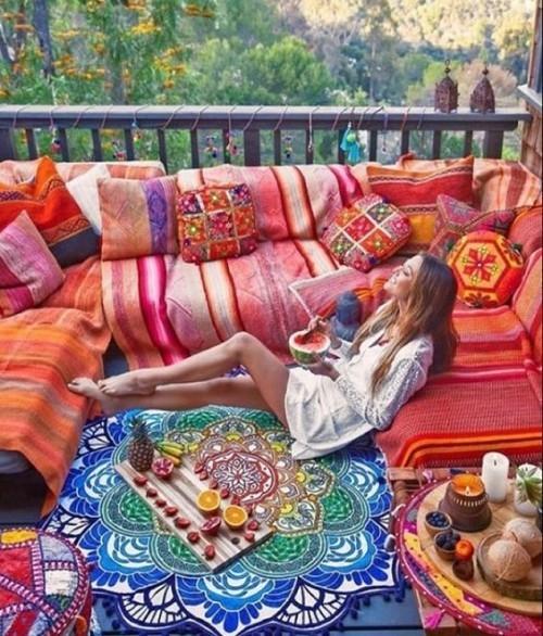 Indian Summer auf der Veranda warme Farben Ethno-Muster Gaben der Natur farbenfrohes Ambiente