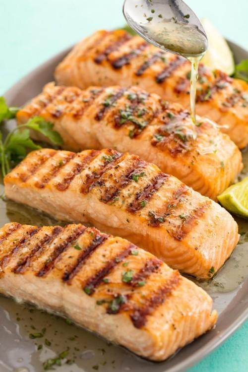 Köstlichen Fisch grillen - Gegrillter Lachs mit Koriander und Zitrone