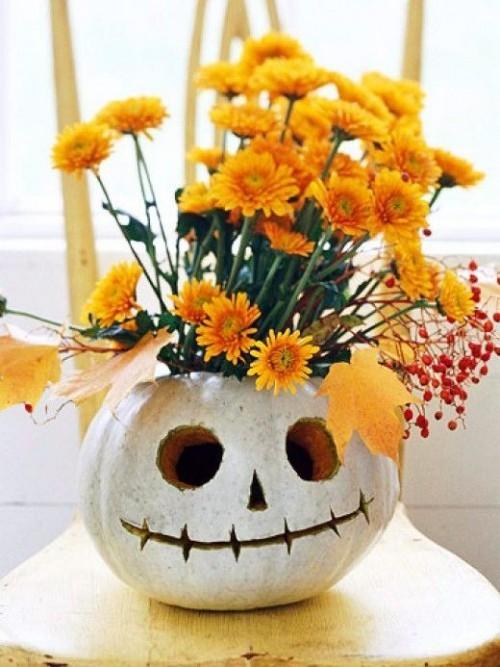 Kürbis Blumentopf bemalen zu Halloween einen Gruseleffekt erzeugen
