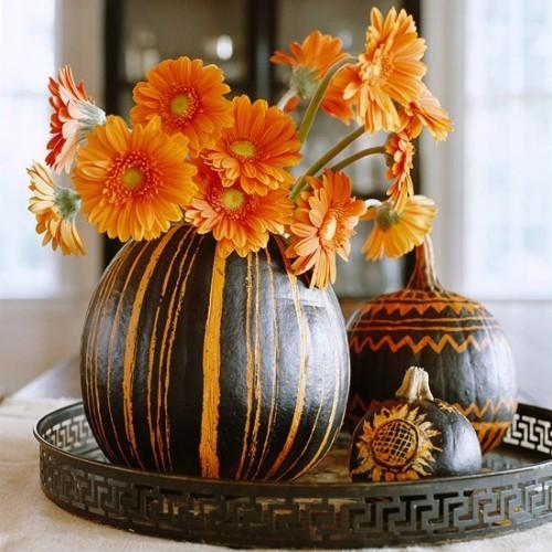 Kürbis Blumentopf orange schwarz gestreift Schleife Herbstastern schöne Tischdeko
