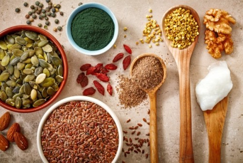 Nüsse Mandeln Haselnüsse Walnüsse Kürbiskerne Quinoa Chia Samen gesunde Lebensmittel
