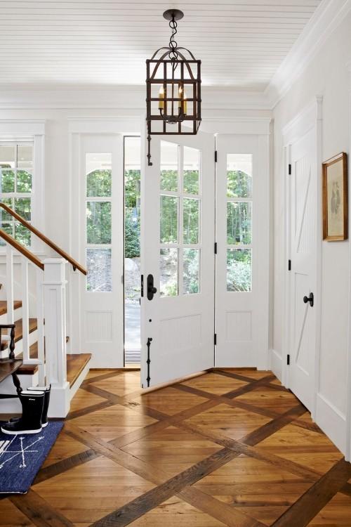 Schön gestalteter Eingangsbereich gemusterter Holzboden weiße Wände im Kontrast