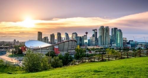 Schönes Panoramabild auf Calgary bei Nacht