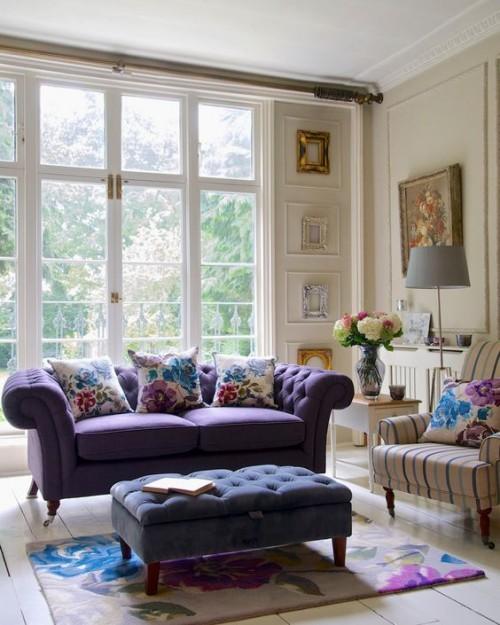Sofa in Flieder Farbe passende Deko Kissen
