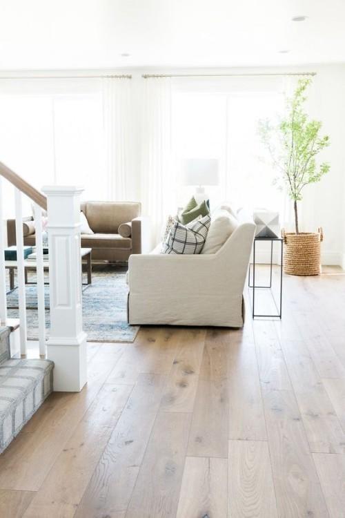 Trendiger Holzboden modernes Wohnzimmer strahlt Wärme und Charme aus