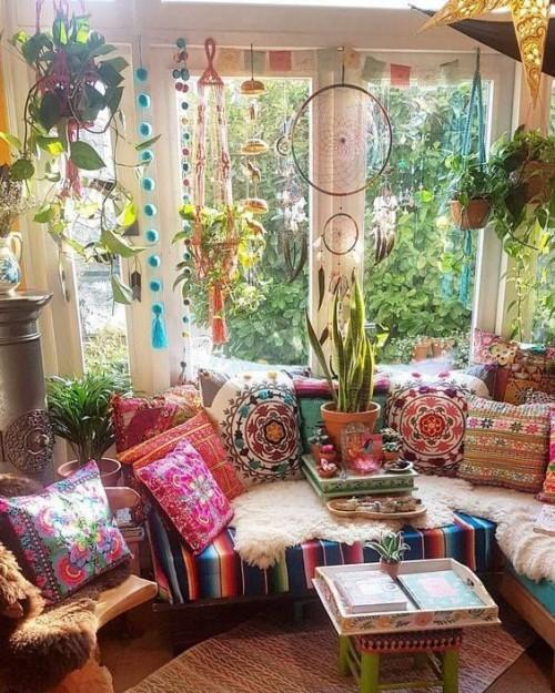 Warme Farben Ethno-Elemente und grüne Zimmerpflanzen in der Raumgestaltung Style Indian Summer