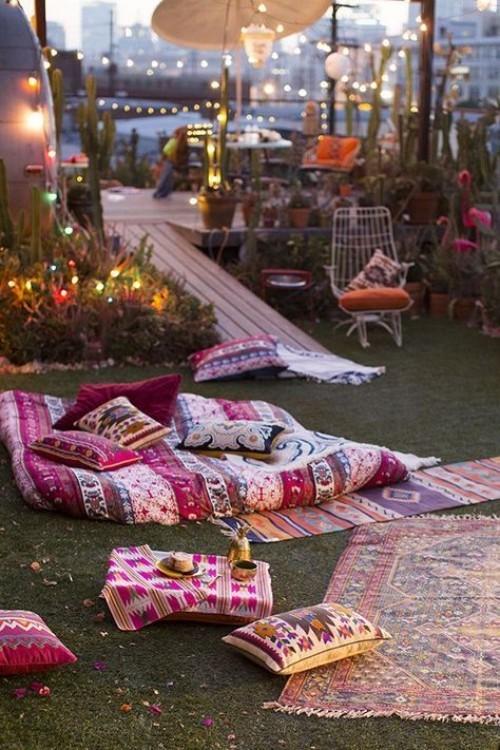 Wohnzimmer draußen am Abend im Style Indian Summer