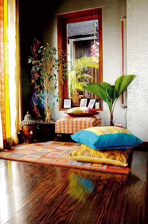 Zimmerpflanzen Holzfiguren warme Farben prägen den Zimmerlook im Style Indian Summer