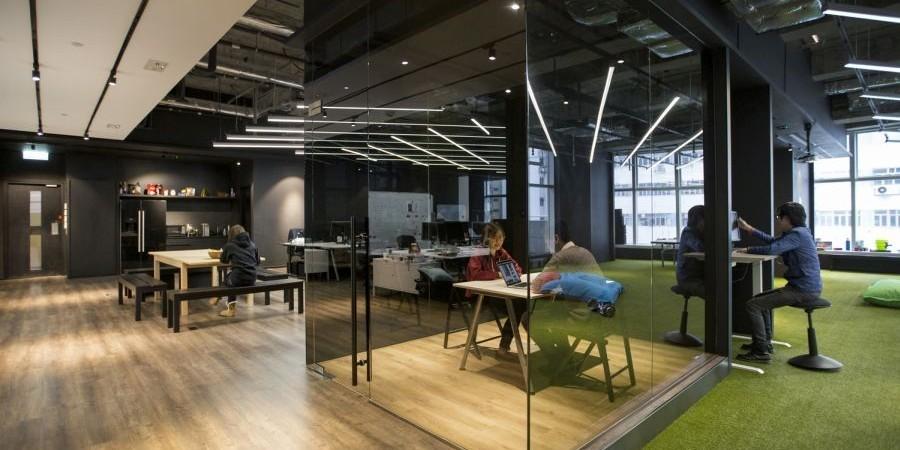 büroeinrichtung glas und großer grundriss