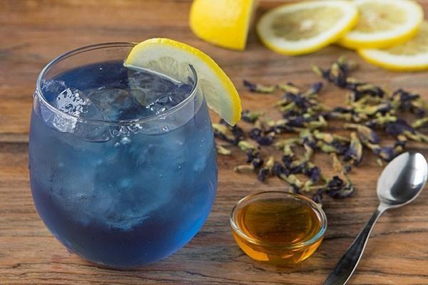 blaues getränk mit honig