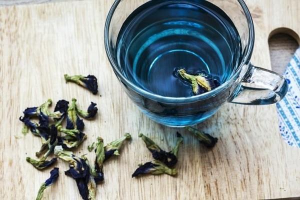 blaues getränk tee