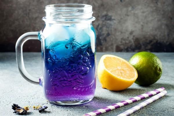 cooles blaues getränk mit zitrone