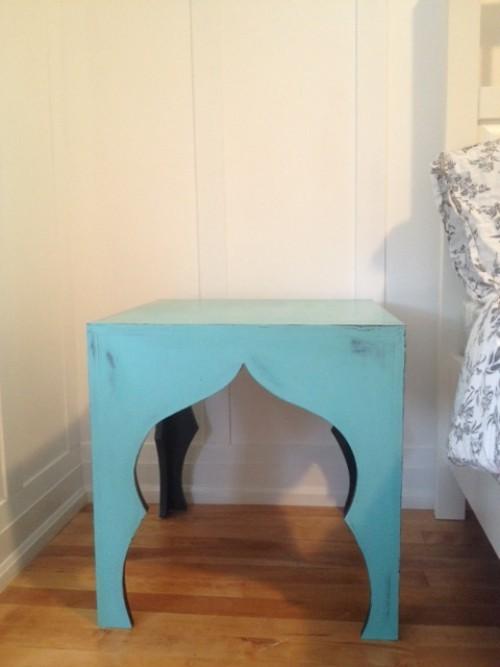 diy nachttisch blauer tisch-stuhl
