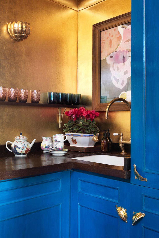 küchenarbeitsplatte braune farbe und blaue vertikale oberflächen