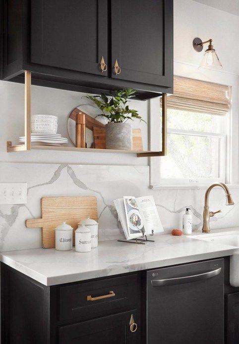küchenarbeitsplatte weiße oberfläche auf braunen möbeln