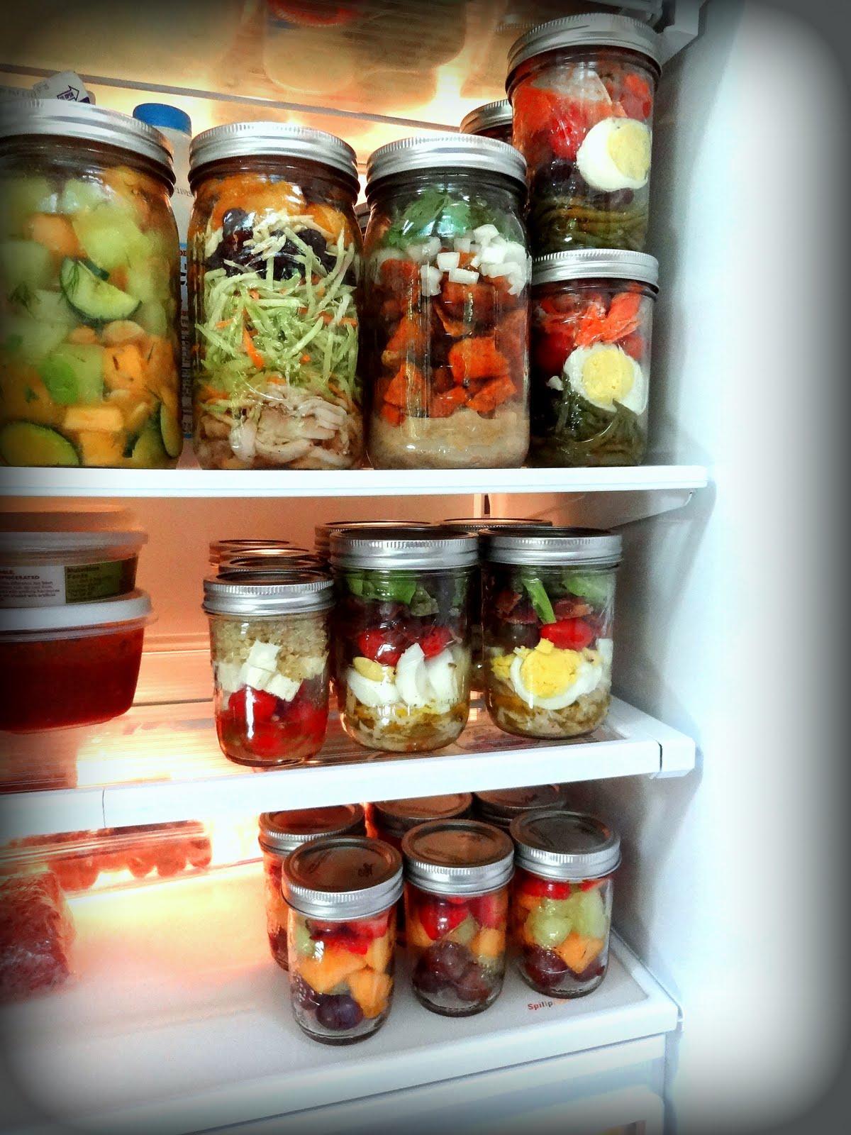 verschiedene gläser kleines kühlschrank