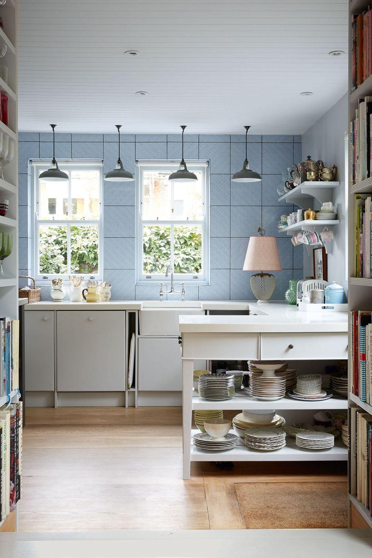 weiße und hellblaue wände küchenarbeitsplatte