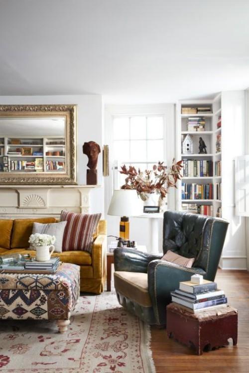Alte Möbel viele Farben etwas überladen wirkend Wohnzimmer im Landhausstil