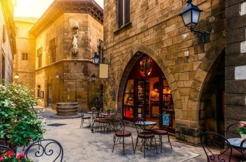 Ausgewählte Reiseziele Barcelona im Straßencafe sitzen einmalige Architektur der Häuser bewundern