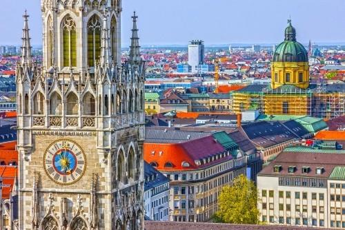 Ausgewählte Reiseziele im September Kirchturm Frauenkirche Marienplatz Panoramablick über München