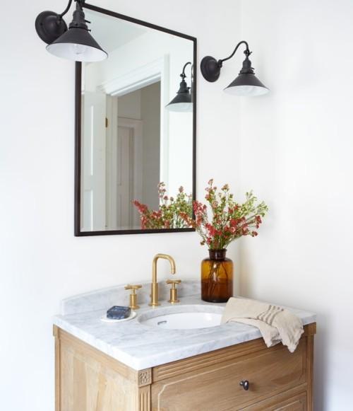 Badezimmer eine Ecke Waschtisch Spiegel Lampen Blumen wichtige Raumdetails