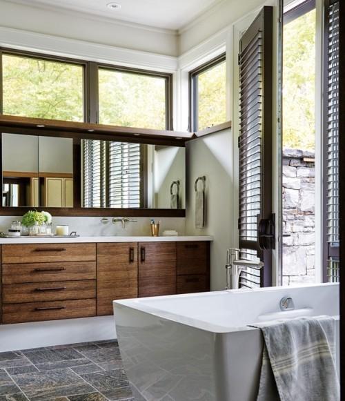 Badezimmer in Grau Schränke aus dunklem Holz Steinwand draußen Raumdeta