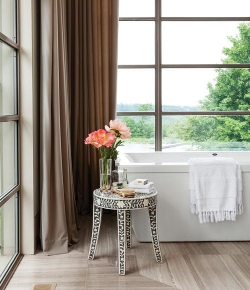 Badezimmer mit schönem Panoramablick Blumen in Vase Raumdetails sind wichtig