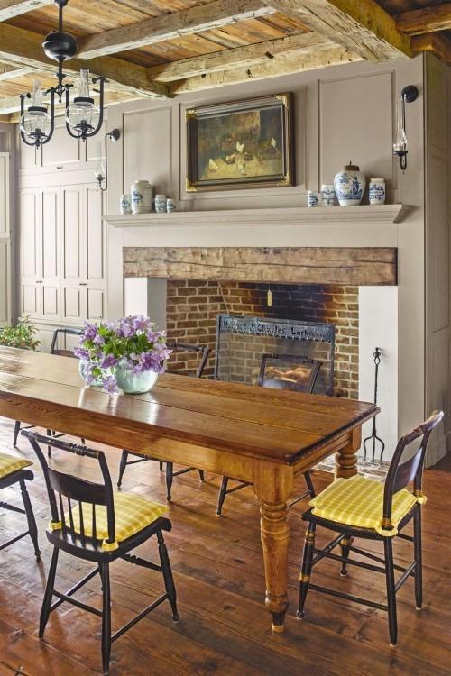 Bauernhaus Esszimmer Holztisch Stühle Kamin behagliche Atmosphäre