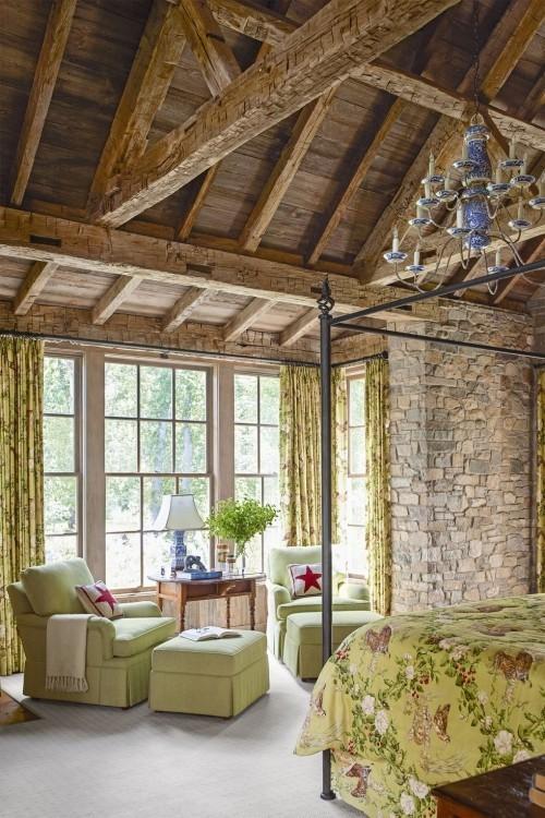 Bauernhaus renoviert Elternschlafzimmer großes Bett Sitzecke vor dem Fenster dezente Farben sehr ansprechend