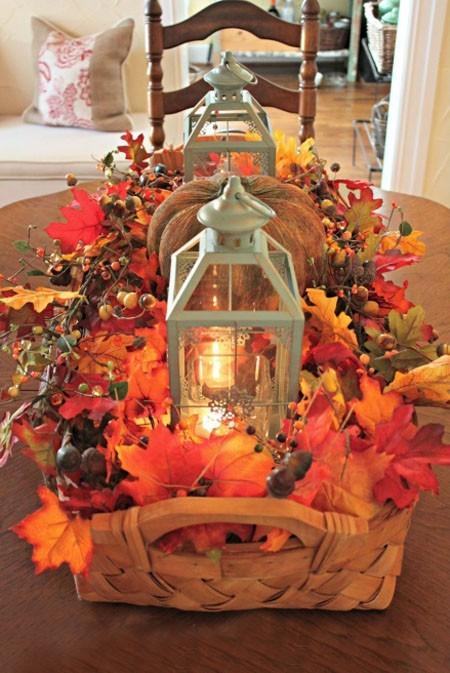 Bunte Herbstblätter Laternen Kürbis im Korb schöne Tischdeko