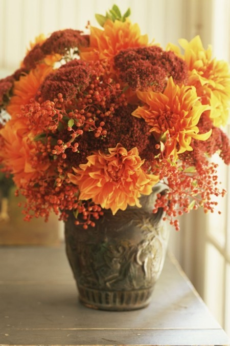 Chrysanthemen in warmen Herbsttönen antike Vase