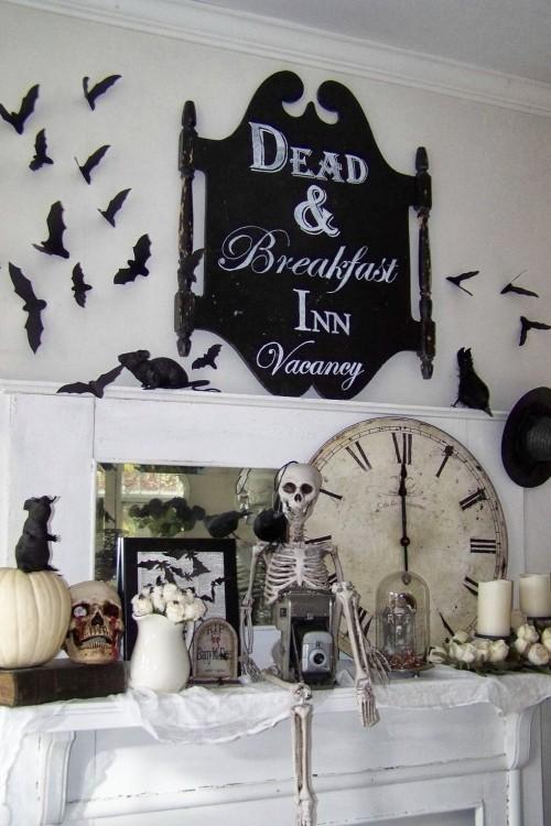 Deko Ideen zu Halloween den Kaminsims dekorieren Skelete Schädel schwarze Mäuse Federmäuse