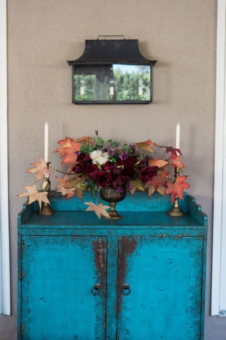 Dekoration mit bunten Herbstblättern